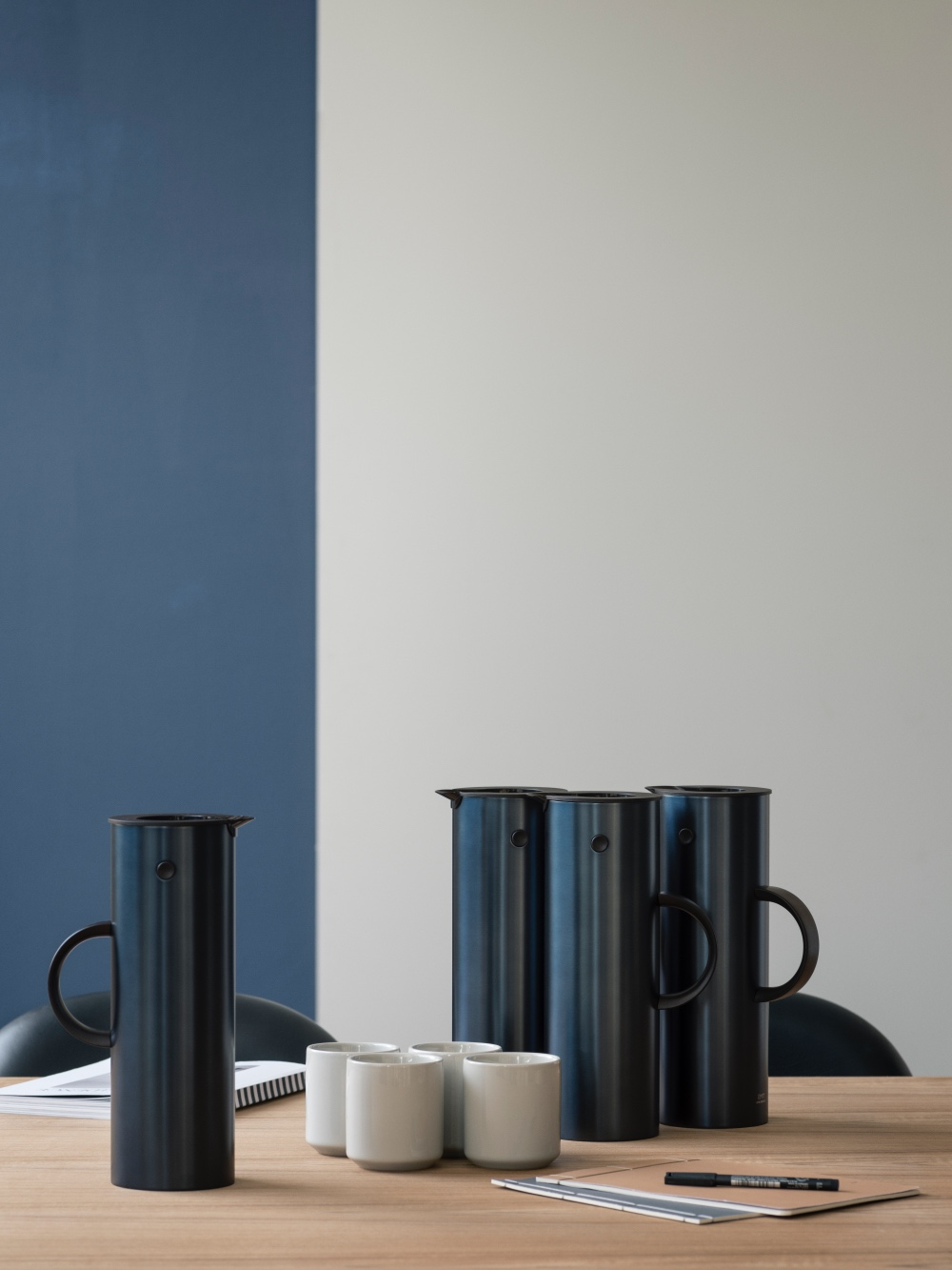 stelton em77 isolierkanne 1l steel dark blue metallic isolierkannen kaffee. Black Bedroom Furniture Sets. Home Design Ideas